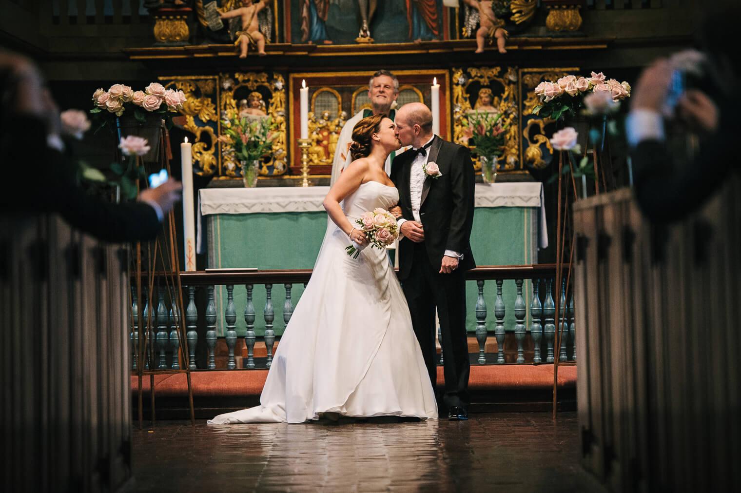 015-kyss-brudpar-onsala-kyrka.jpg