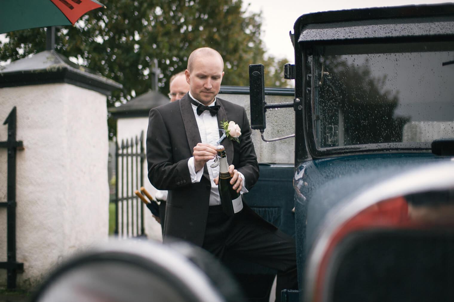 016-brudgum-oppnar-champagne.jpg