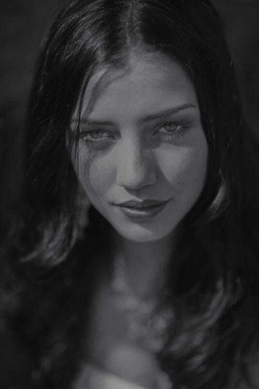 kvinna i svartvitt
