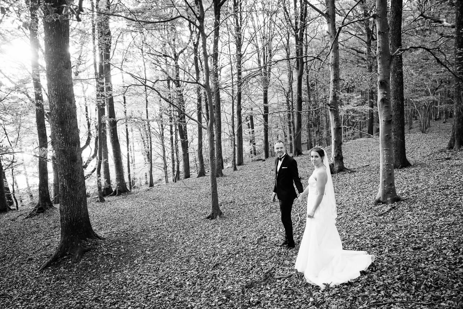 brudpar i skog svartvitt