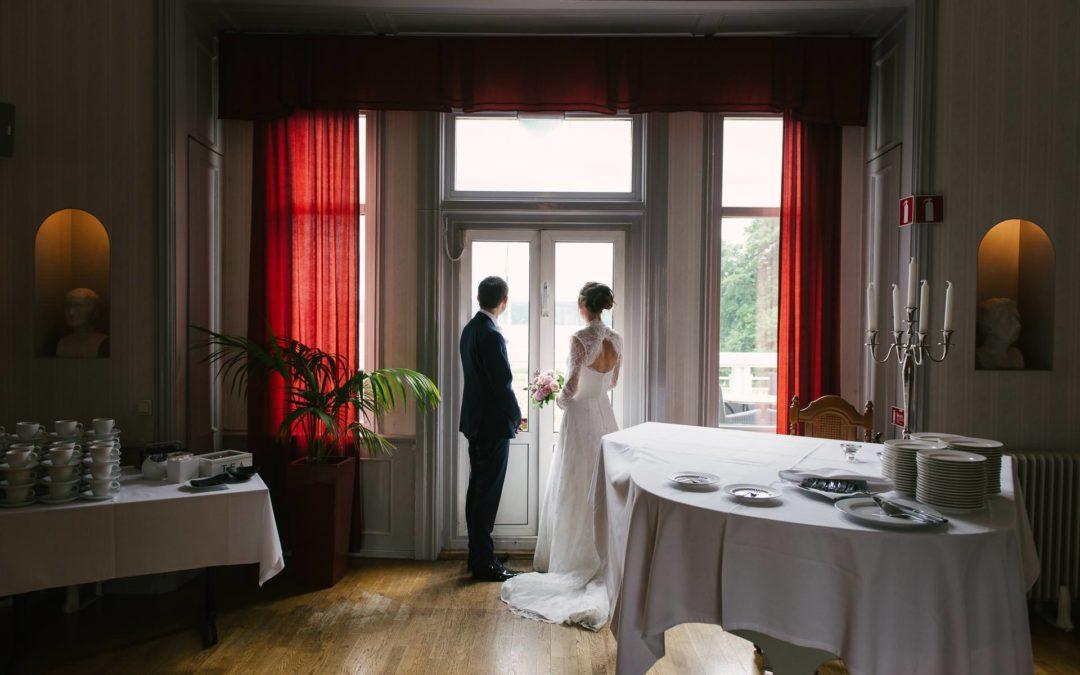 Brudpar blickar ut - Hällsnäs Herrgård, Lerum